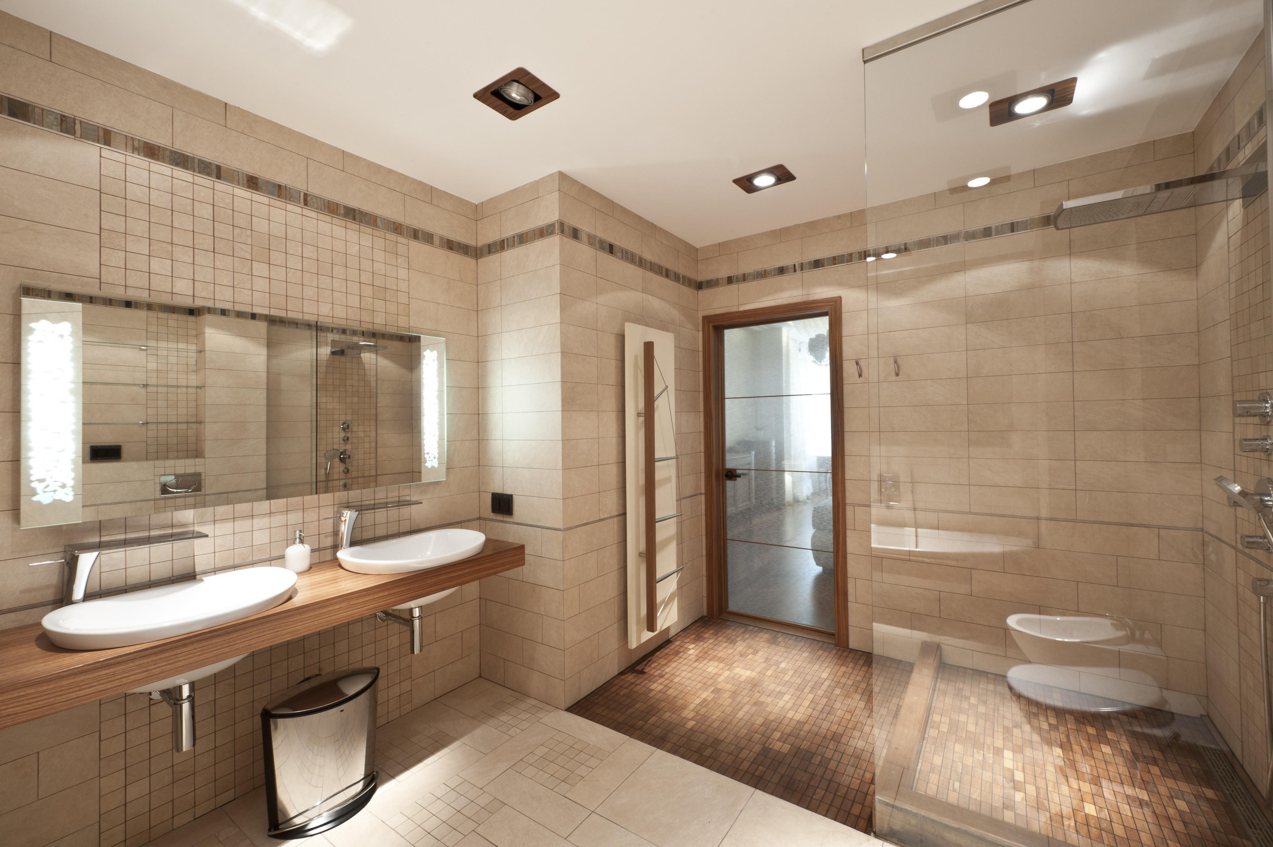 Интерьер бежевой ванной с темными акцентами