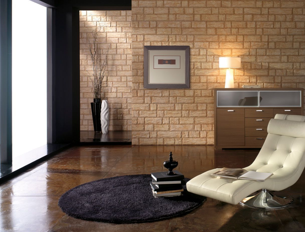 Бежевая стена из камня в интерьере гостиной