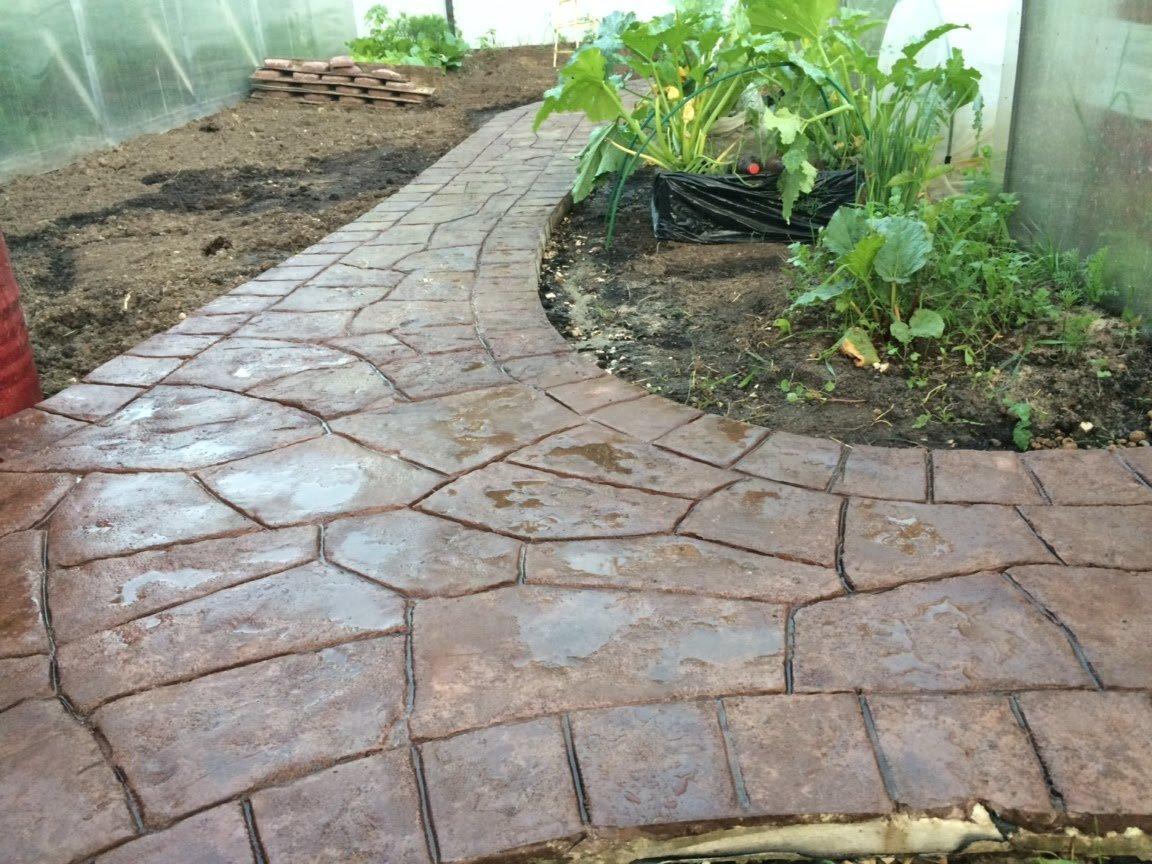 Дорожка из натурального камня у огорода