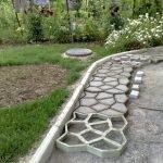 Вариант изготовления садовых дорожек на даче