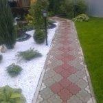 Тротуарная плитка в качестве покрытия садовой дорожки