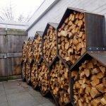 Соты с дровами вдоль стены