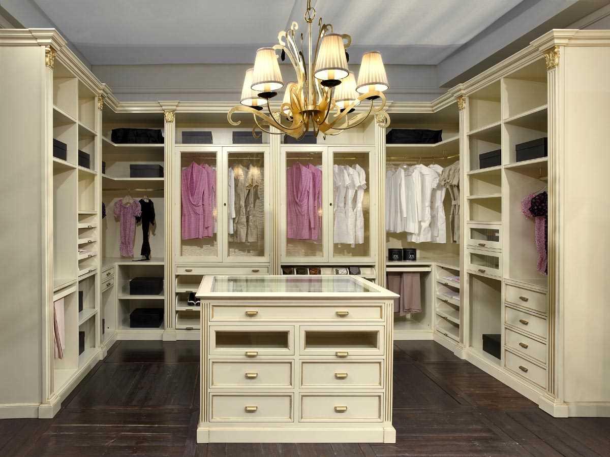Белая гардеробная с комодом