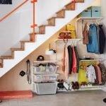 Открытая гардеробная под лестницей