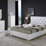 Сочетание темных стен и белой мебели в спальне