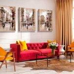 Малиновый диван в гостиной