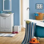 Голубые стены в ванной комнате