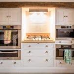 Кухня в классическом стиле со встроенной техникой