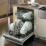 Хромированная посудомоечная машина в интерьере кухни