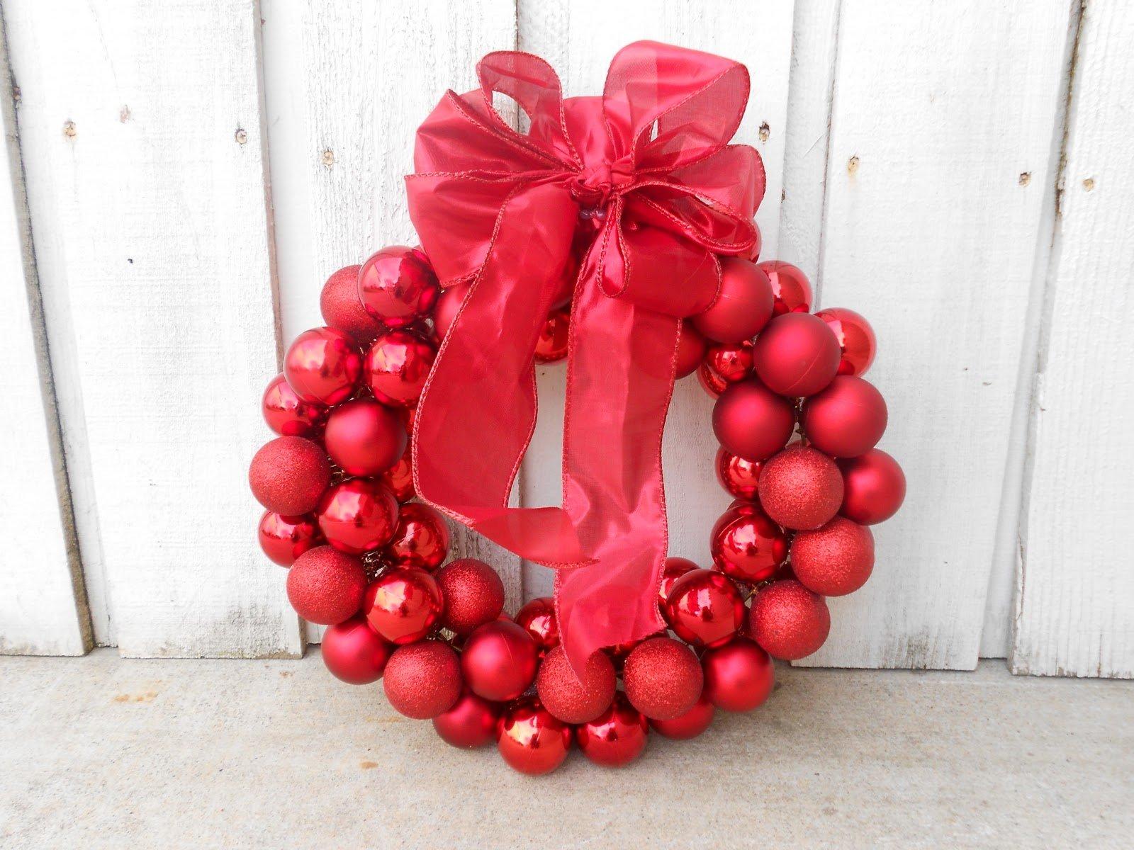 Красными ёлочными шарами