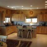 Точечное освещение в кухне-столовой