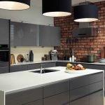 Кухня в стиле лофт с крупными люстрами