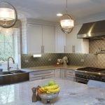 Декоративные люстры для светлой кухни