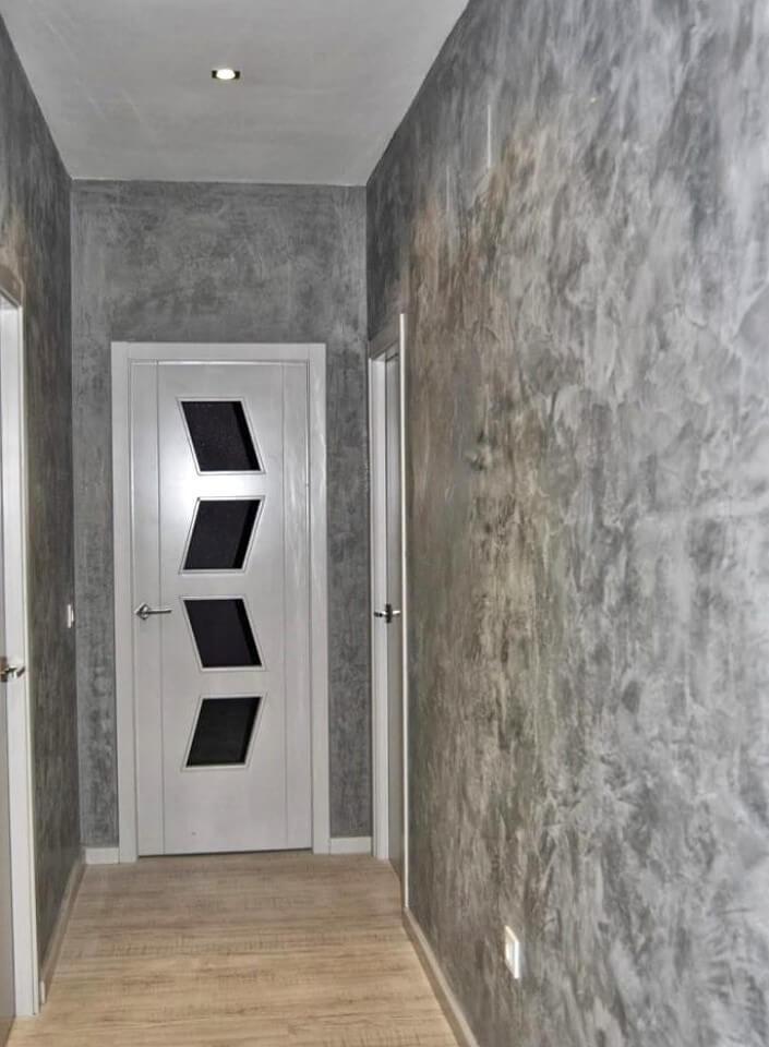 стильно обыграть декоративная штукатурка в узком коридоре фото серые скучные трансформаторные
