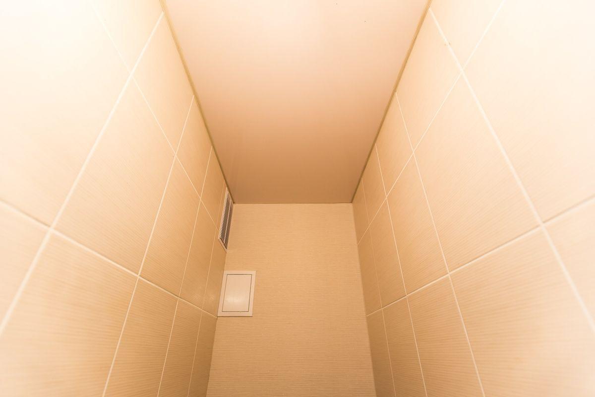 Отделка туалета натяжной потолок своими руками