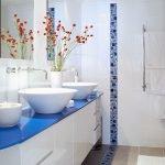 Белый поток в ванной