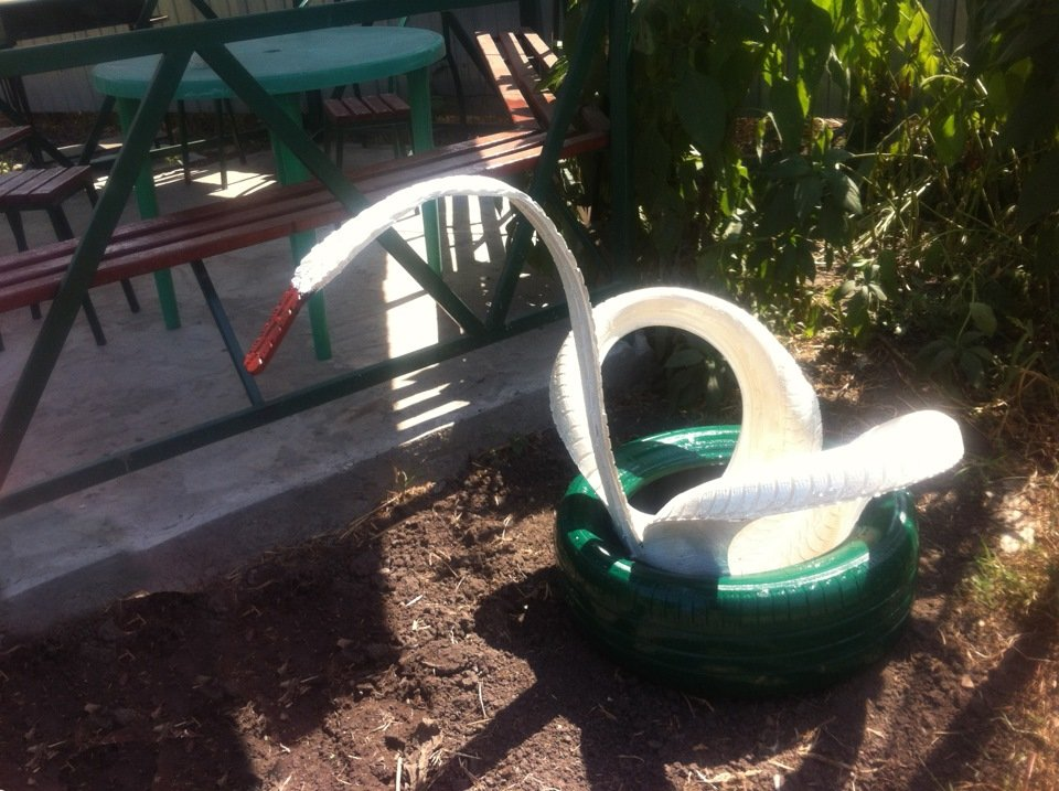 Лебедь из шин