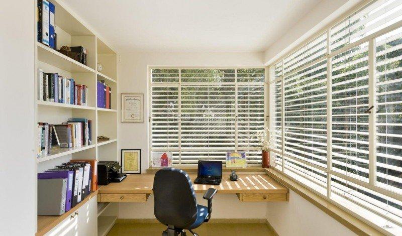 Рабочий уголок с компьютерным столом