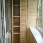 Деревянный шкаф с полками для хранения
