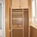 Небольшой деревянный шкаф