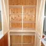 Шкаф с деревянными полками