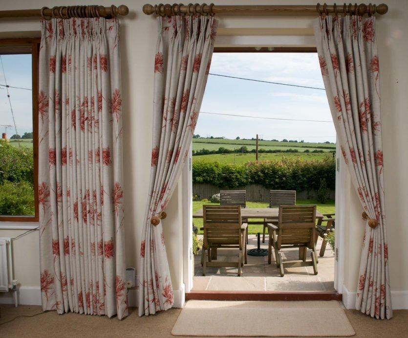 Интерьер со шторами на двери