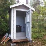 Туалет из дерева на даче