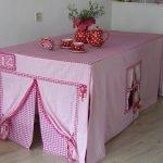 Розовый домик под столом