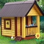Яркий деревянный домик