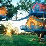 Яркие детские домики на деревьях