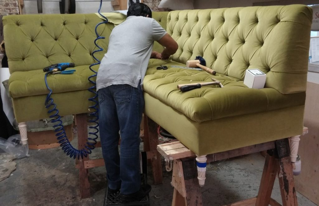 Процесс обивки дивана