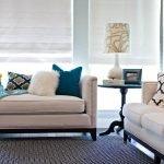 Разноцветные подушки на диване