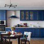 Сочетание синей мебели и белого фартука