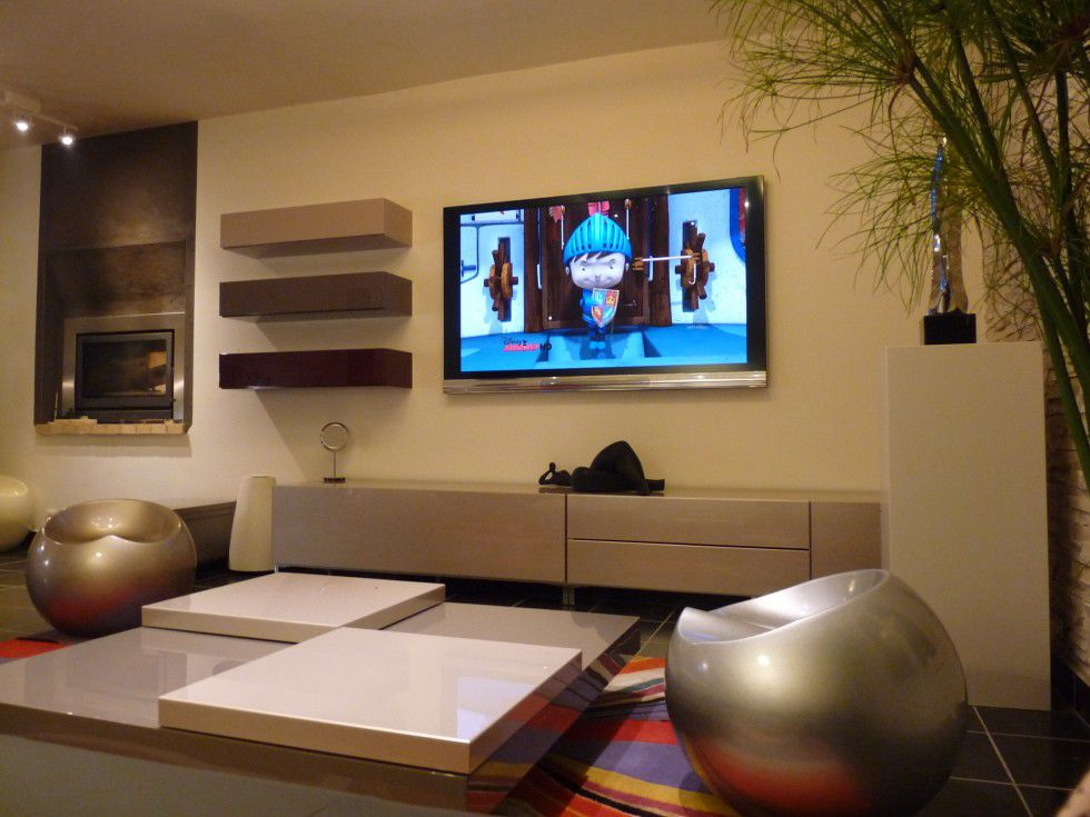 Интерьер с телевизором на стене