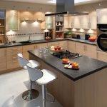 Варочная панель среди кухни