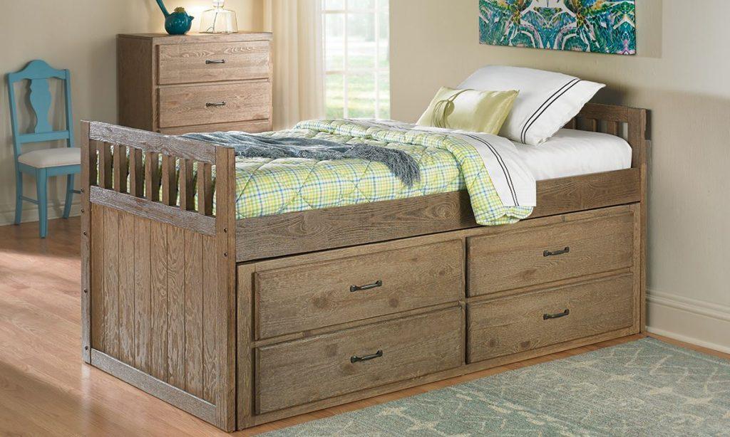Деревянная кровать с комодом