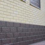 Сочетание светлых стен и темного цоколя