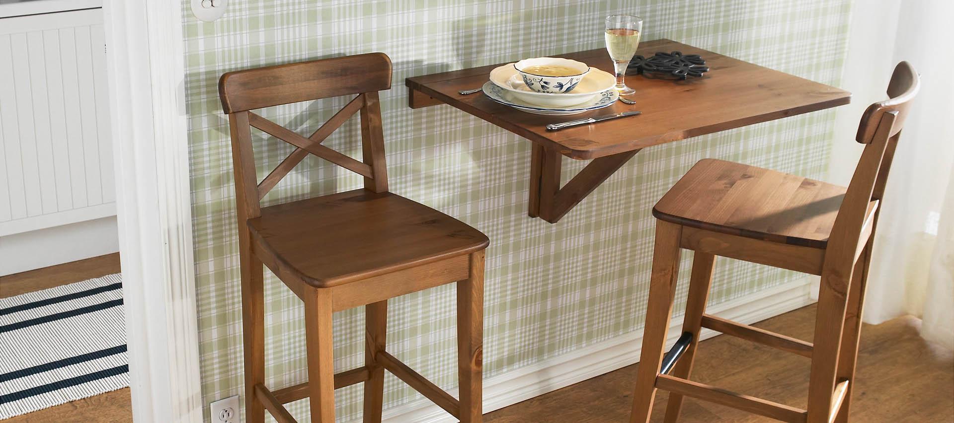 Небольшой откидной столик в интерьере