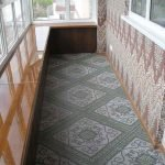 Узкий балкон с плиткой