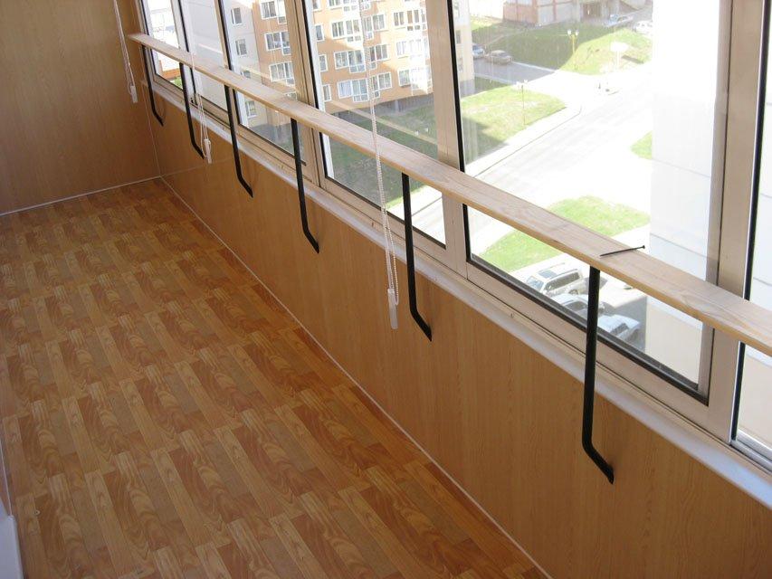 На застекленном балконе