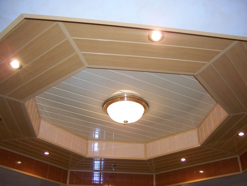 Потолок обшит пластиковыми панелями