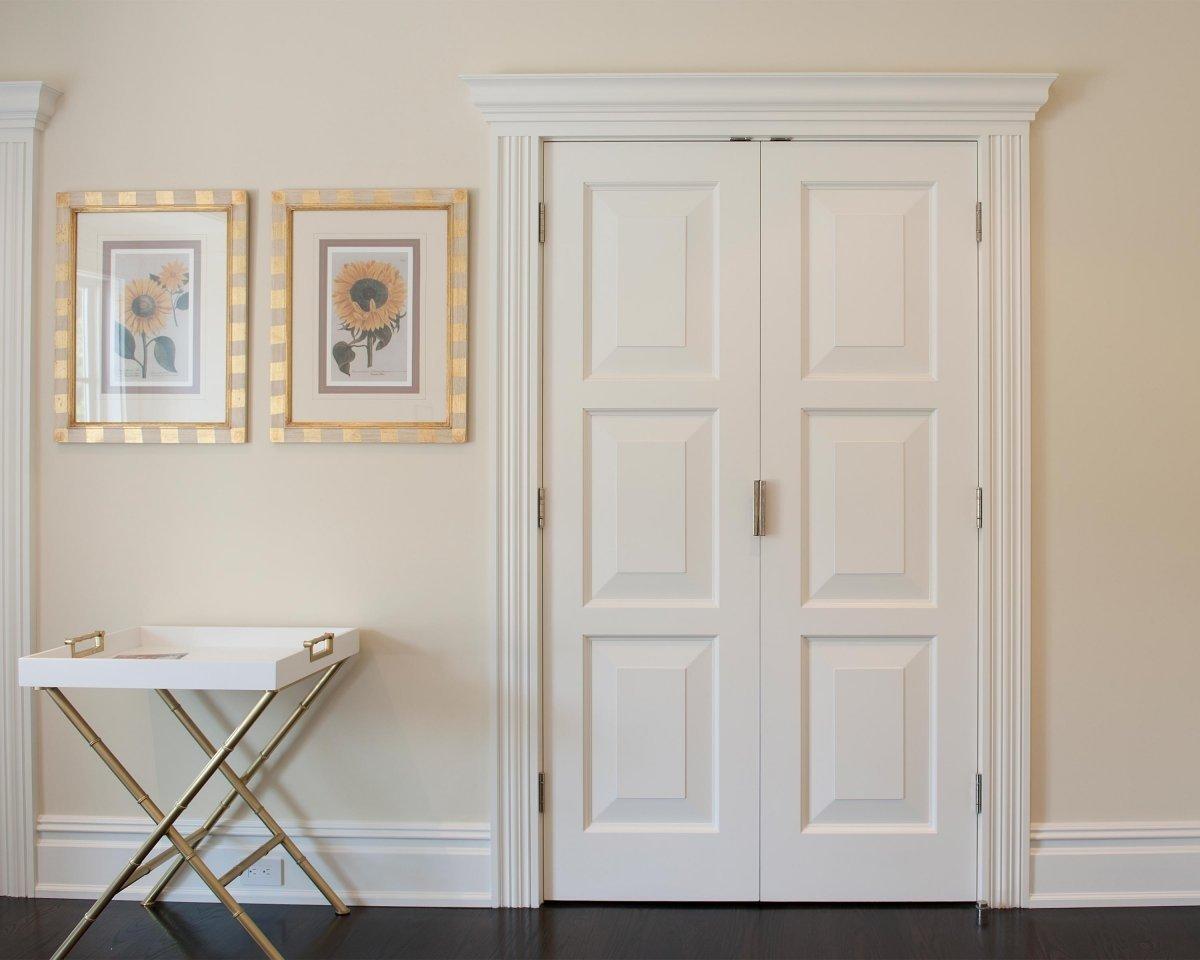 Двустворчатая дверь в интерьере