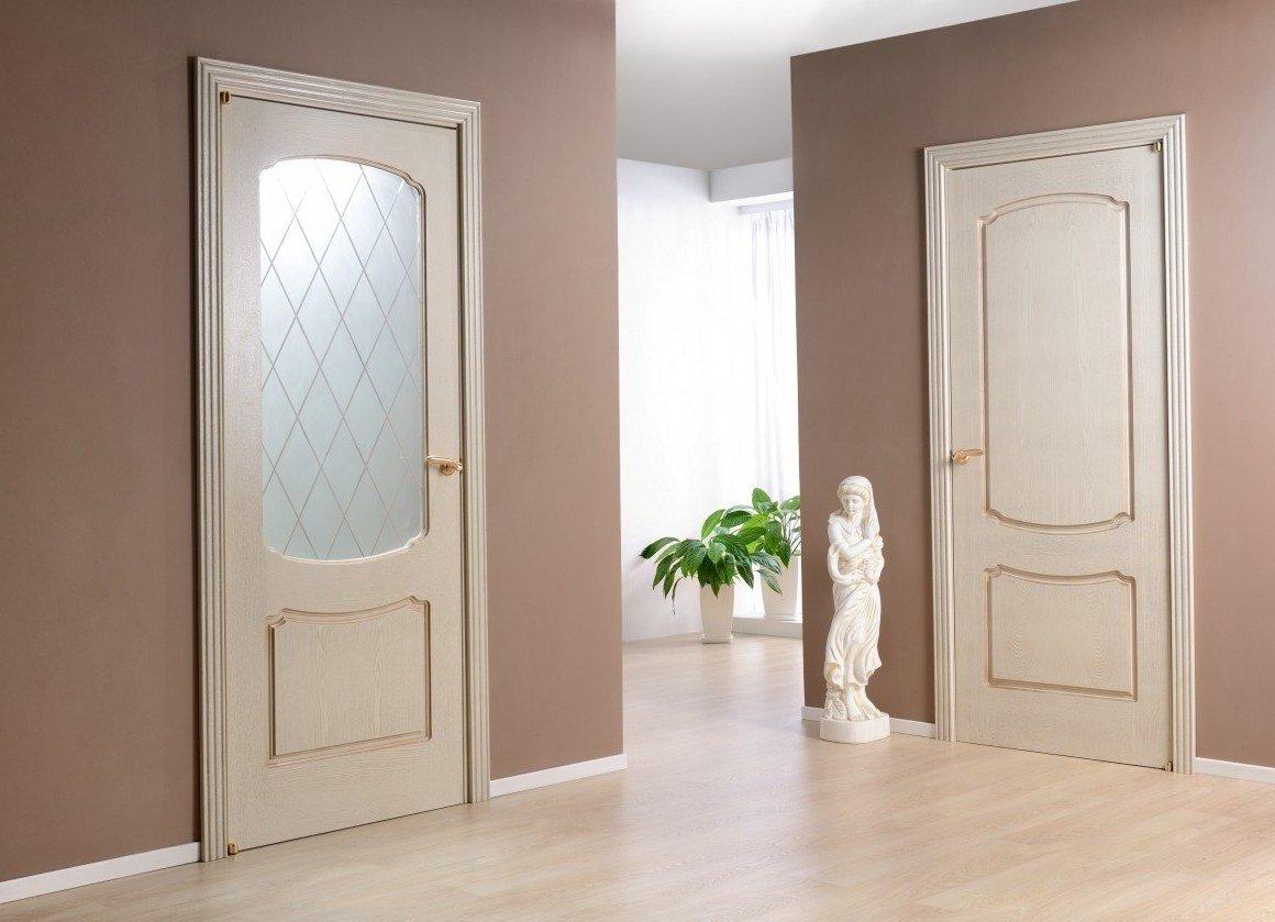 Интерьер со светлыми дверьми