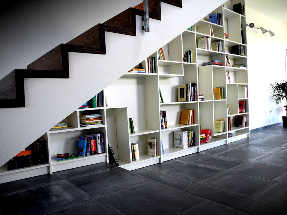 Открытый стеллаж под лестницей