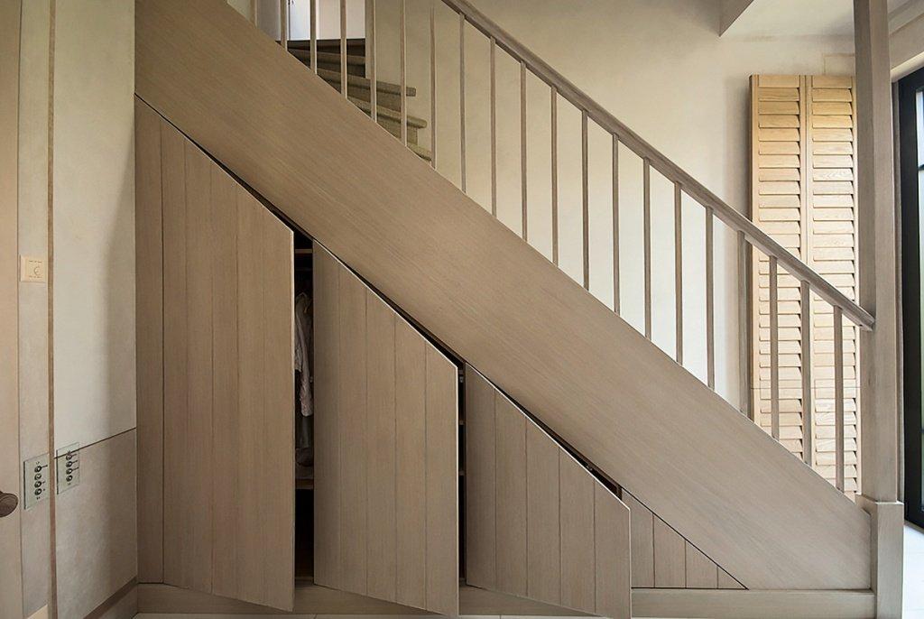 Шкаф с распашными дверцами под лестницей