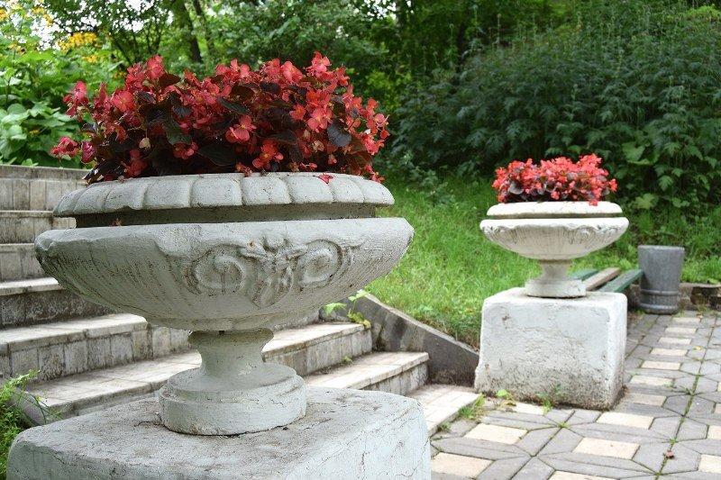 Бетонные вазы в парке