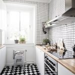 Оформление стен на кухне белой мозаикой