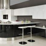 Белый верх и черный низ кухни