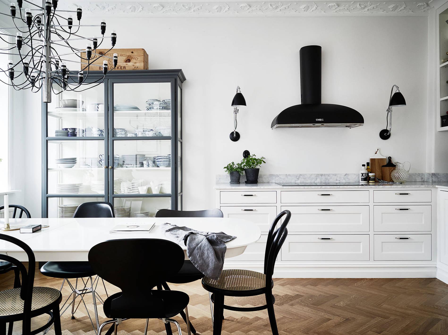 Стеклянный шкаф для кухни