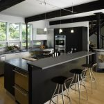 Белый потолок с черными балками на кухне